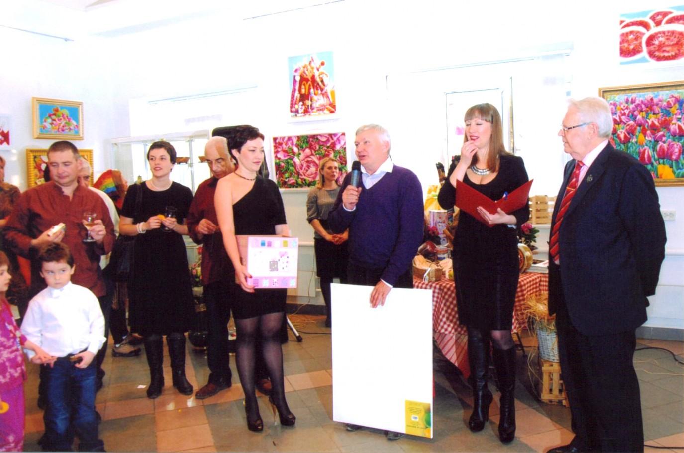 Председатель С.Х. Самары Иван Мельников вручает подарок от Союза Художников самары